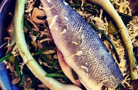 דג לברק על מצע ירוקים וג'ינג'ר