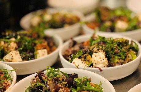סופר בול קינואה על ירקות קלויים עם גבינה בולגרית