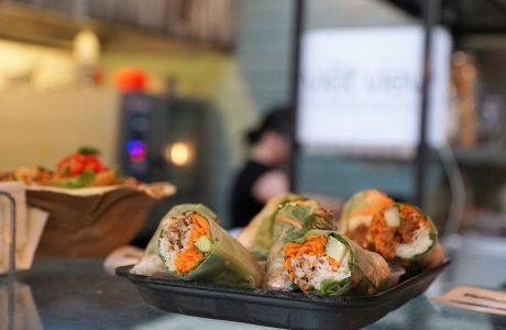 ספרינג רול במילוי ירקות ודג טונה אדומה נא \ חביתה