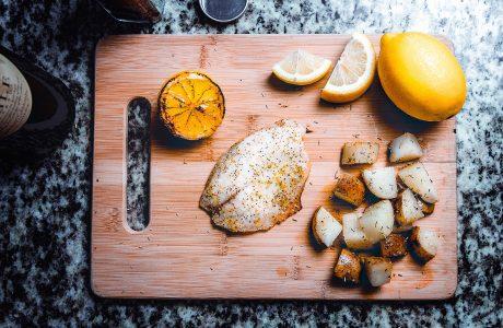 דג בתנור עם קראסט שקדים ועשבי תיבול