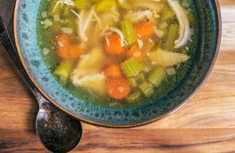 מרק ירקות ועוף מופחת פחמימות – חזק לימי צינון!